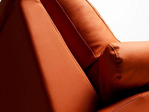 Dettaglio bracciolo divano relax tessuto arancio