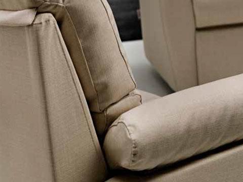 Dettaglio bracciolo divano relax tessuto chiaro