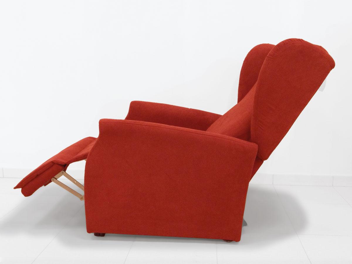 poltrona anziani con rotelle rossa in posizione relax estesa