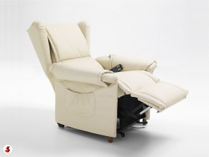 poltrona con braccioli in posizione relax tv