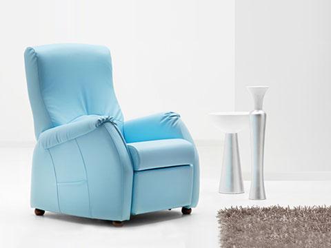 Poltrona relax con reclinazione manuale jenny ambientata in salotto.
