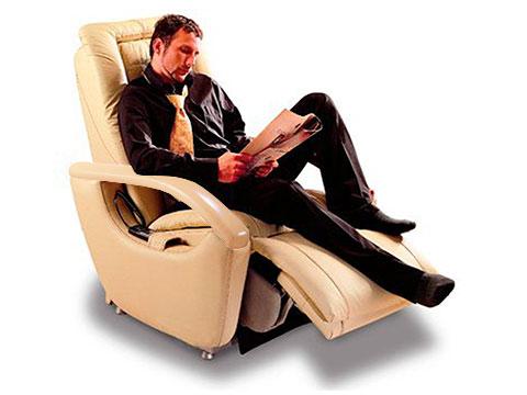 uomo che legge sulla poltrona massaggiante gioia con alzapiedi sollevato