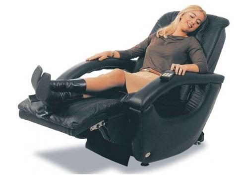 donna sulla poltrona massaggiante gioia con alzapiedi sollevato e schienale reclinato