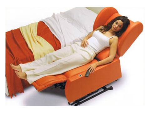 poltrona per disabili idea affiancata al letto per facilitare trasferimento.