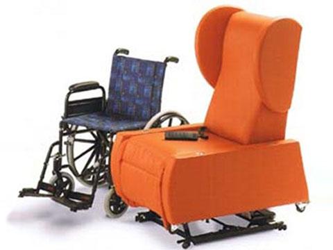 poltrona per disabili idea affiancata alla carrozzella per comodo trasferimento.