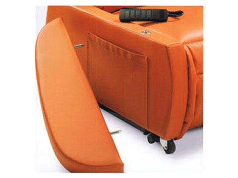 Dettaglio bracciolo removibile per facilitare gli spostamenti laterali.