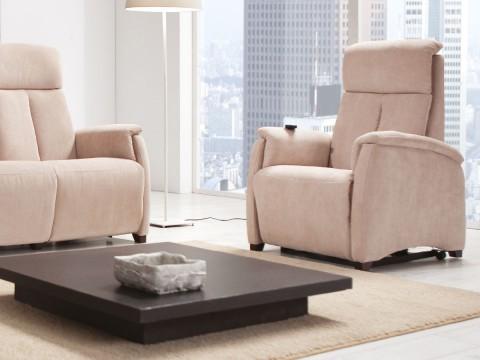 poltrona relax piccola ambientata con divano due posti