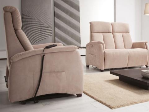poltrona relax piccola vista laterale ambientata con divano due posti
