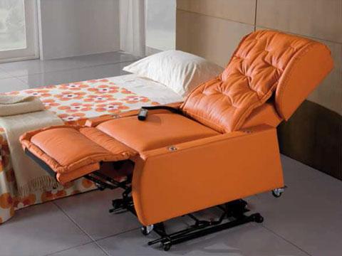 poltrona disabili Opera in posizione distesa affiancata ad un letto per un comodo trasferimento