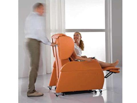 Facili spostamenti con la poltrona disabili Opera grazie al maniglione posteriore ed alle ruote.
