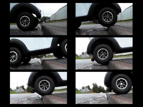scooter cabinato per anziani e disabili sale un marciapiede - sequenza fotografica